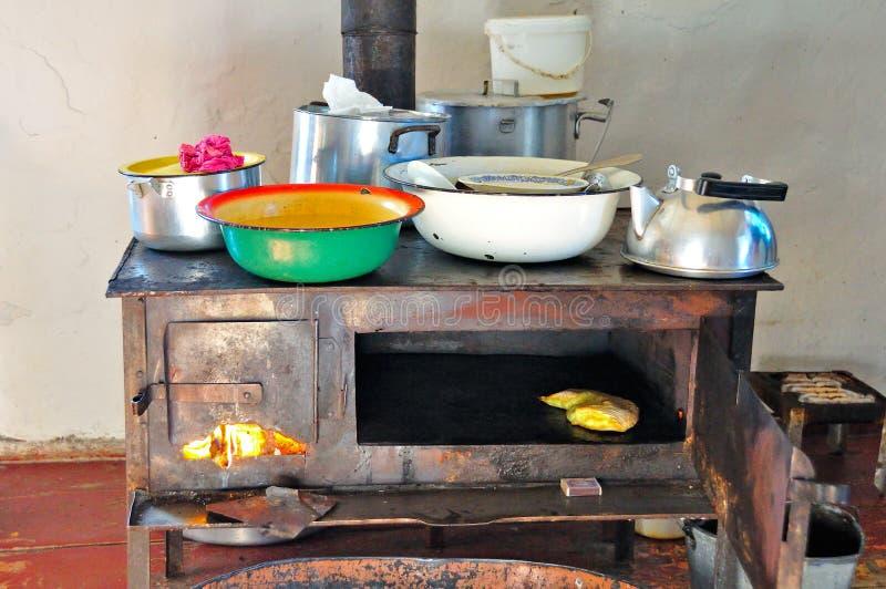 传统木灼烧的火炉 免版税图库摄影