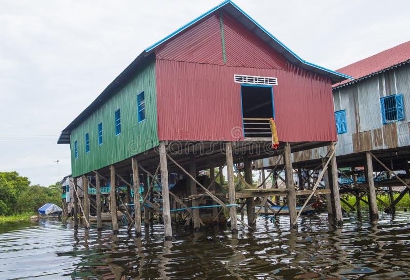 传统木高跷房子在Tonle榨取湖柬埔寨 库存图片