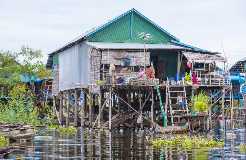 传统木高跷房子在Tonle榨取湖柬埔寨 免版税库存照片
