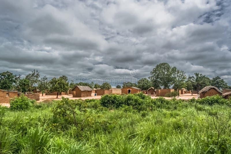 传统村庄、盖的房子有屋顶的和赤土陶器砖墙看法  库存照片