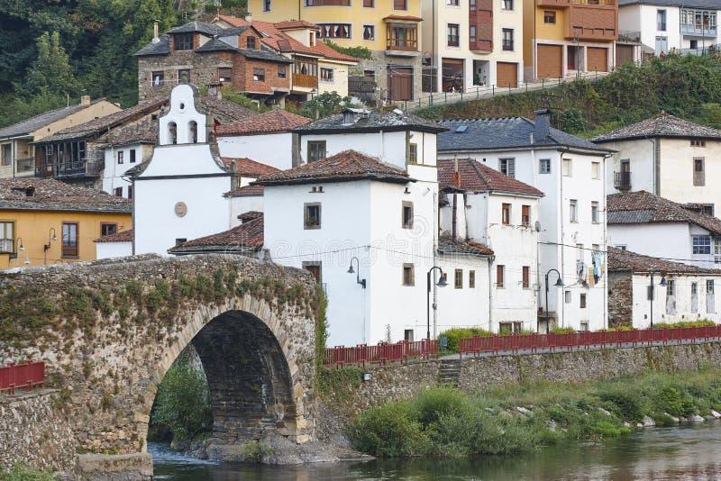 传统村庄在有石桥梁的, Cangas阿斯图里亚斯 西班牙 库存图片