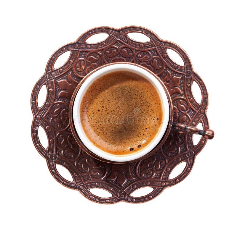 传统杯子与在白色背景隔绝的泡沫的土耳其咖啡 顶视图 免版税图库摄影
