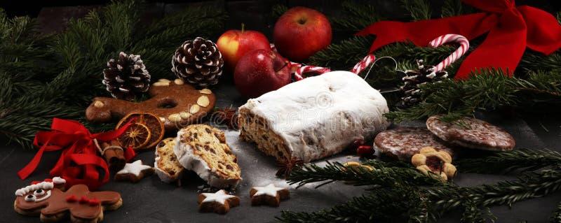 传统欧洲圣诞节酥皮点心,芬芳家庭焙制的stoll 免版税库存照片