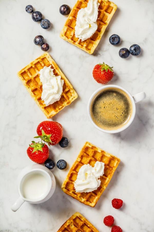 传统比利时华夫饼干用被鞭打的奶油色和新鲜水果 图库摄影
