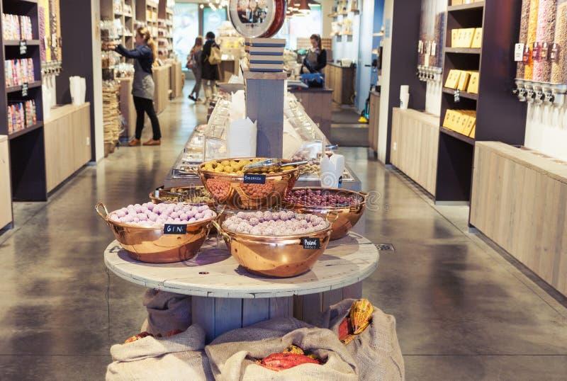 传统比利时巧克力商店内部与糖果和甜点variey  免版税库存图片