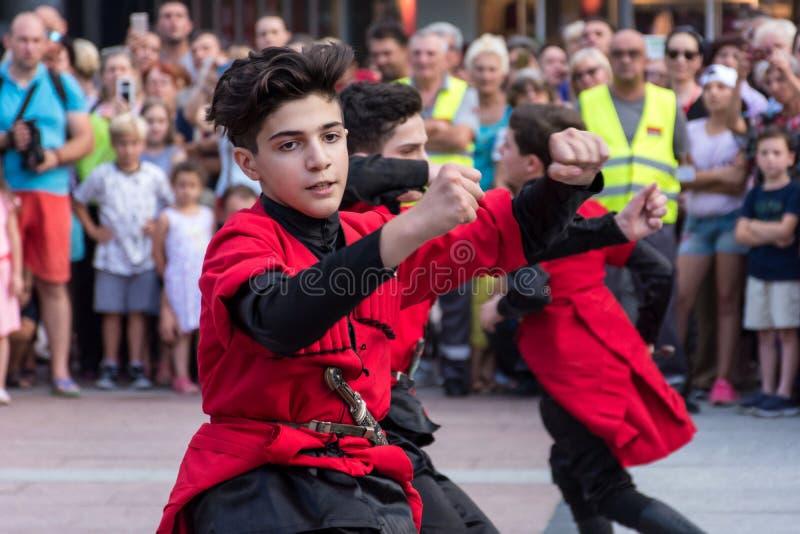 传统民间服装舞蹈的英王乔治一世至三世时期人在节日 免版税库存照片