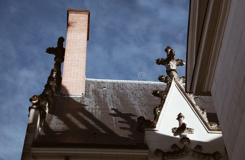 传统法国门面和屋顶在南特的城市在与清楚的天空-形体模仿的一好日子 库存照片