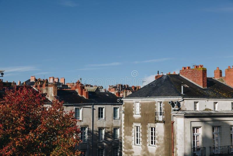 传统法国门面和屋顶在南特的城市在与清楚的天空-形体模仿的一好日子 图库摄影