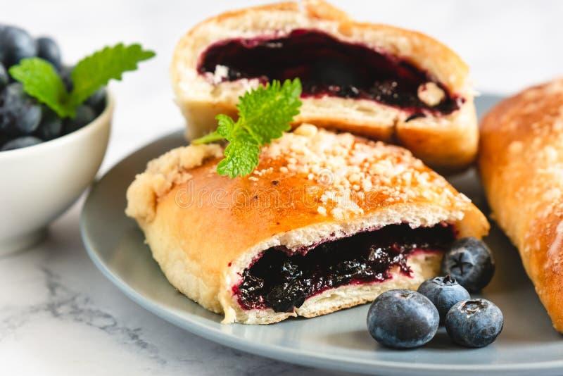 传统波兰酵母饼用蓝莓 免版税库存照片