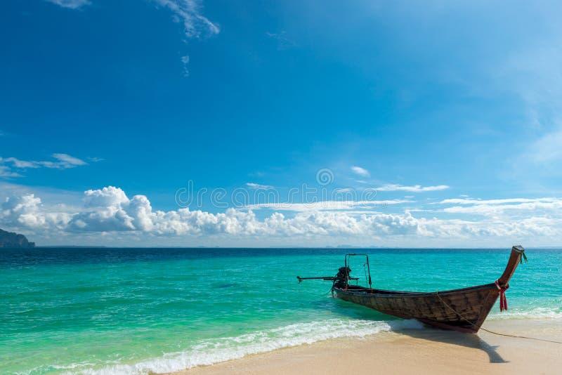 传统泰国在岸附近的小船长尾巴在绿松石 免版税库存照片