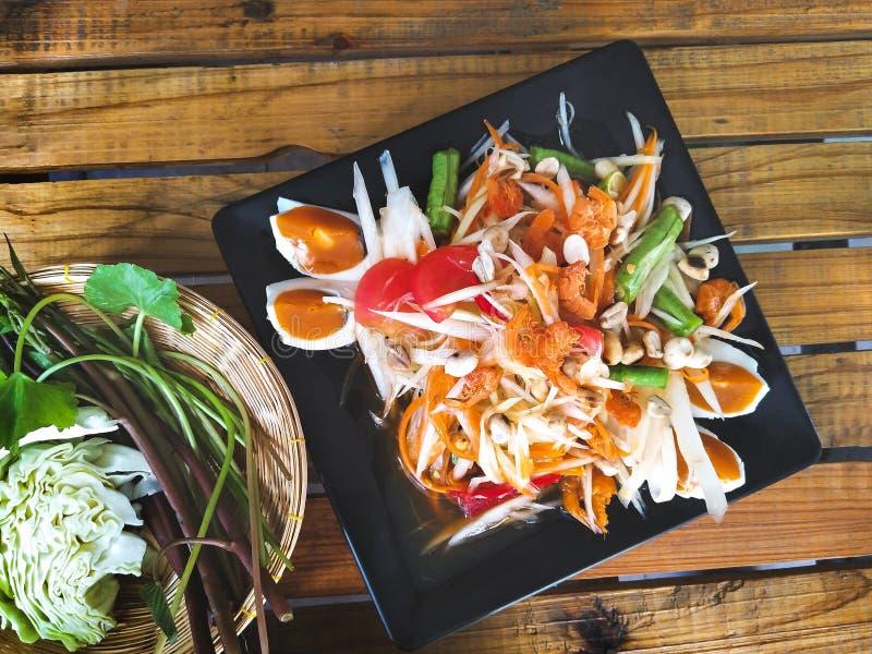 传统泰国食物、番木瓜沙拉用盐味的鸡蛋或Somtum 库存照片