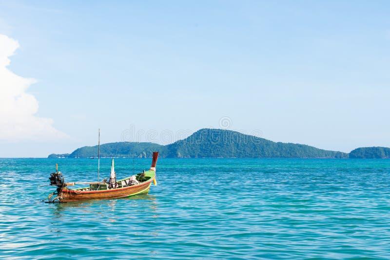 传统泰国longtail小船在著名晴朗的长滩,泰国,酸值披披岛唐,甲米府,普吉岛安达曼海 免版税库存图片