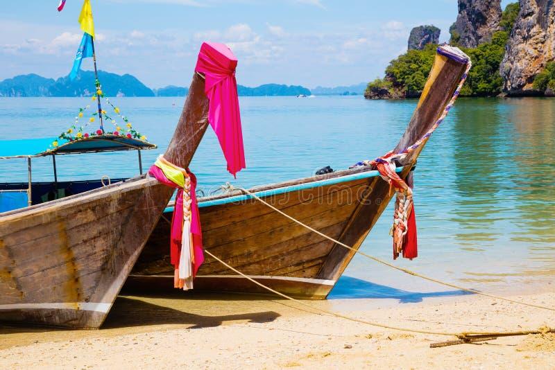传统泰国Longtail小船被停泊在Aonang海滩 免版税库存照片