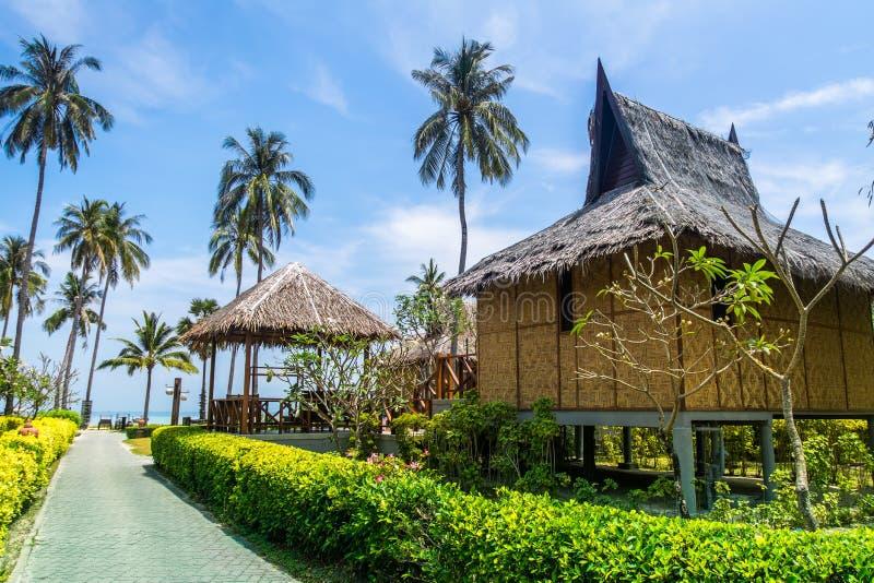 传统海滩平房和可可椰子在酸值发埃发埃isl 免版税库存图片