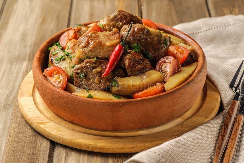 传统猪肉和土豆盘 免版税库存图片