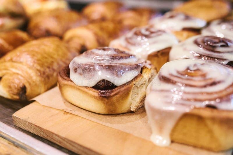 传统瑞典点心 Cinnabon卷面包,自创面包店 在柜台的销售在咖啡馆 库存照片
