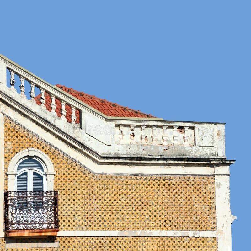 传统瓷砖覆盖的葡萄牙古建筑横断面 免版税图库摄影