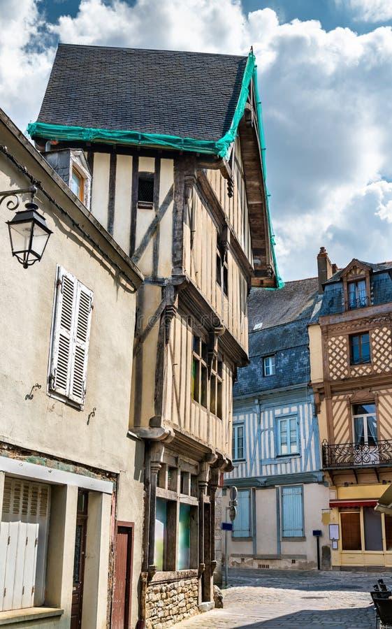 传统用木材建造的房子在拉瓦尔,法国 免版税库存照片
