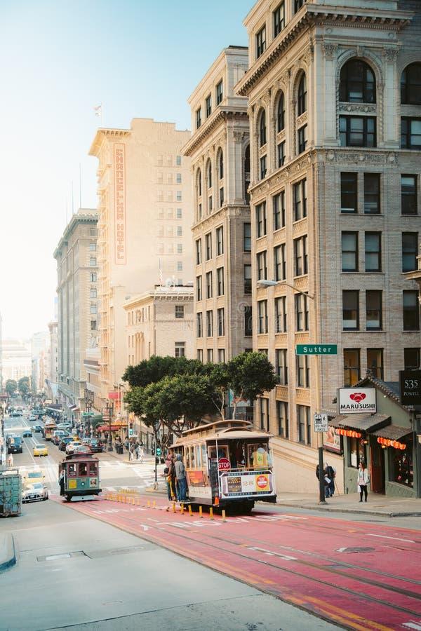 传统电车在日落的旧金山,加利福尼亚,美国 免版税库存图片