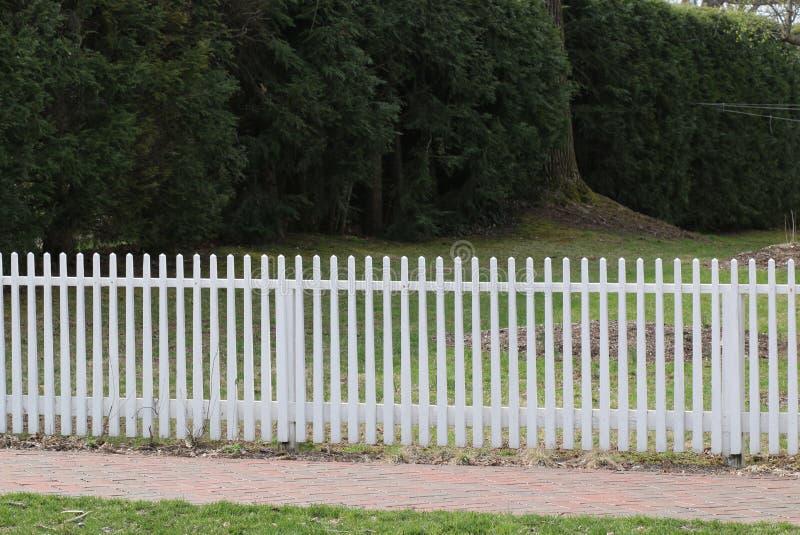 传统白色尖桩篱栅 免版税库存图片