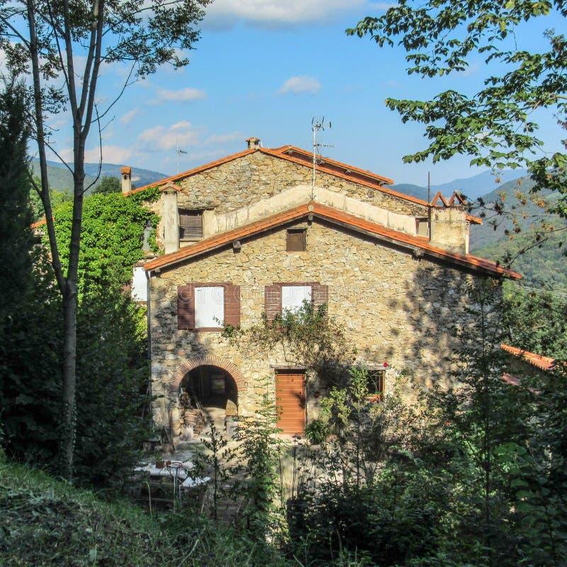 传统石山房子在普拉茨de Mollo la的Preste,东比利牛斯省绿色森林里在法国南部 免版税库存图片