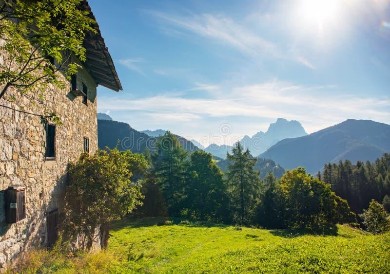 传统石议院在意大利白云岩村庄Ronch,意大利 免版税库存图片