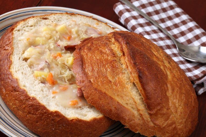 传统碗面包圆白菜捷克的汤 库存图片