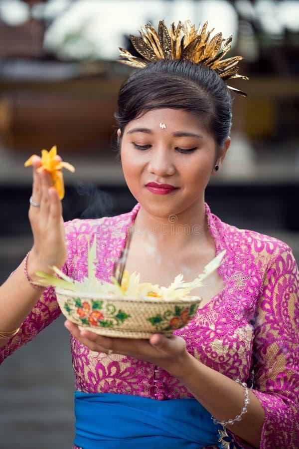 传统礼仪衣物祈祷的亚裔妇女 免版税库存照片