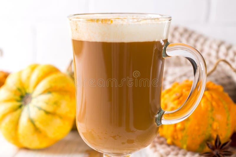 传统秋天盘 万圣夜,感恩 杯子与打好的奶油的热和辣芳香南瓜拿铁在上面 免版税库存照片
