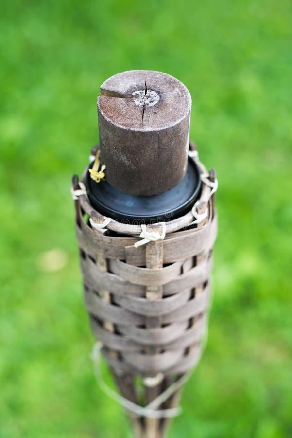 传统竹子特写镜头火炬点燃在自然背景的油灯 免版税库存照片