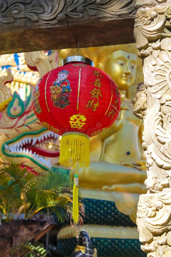 传统红色亚洲灯笼在中国寺庙的庭院里 库存照片
