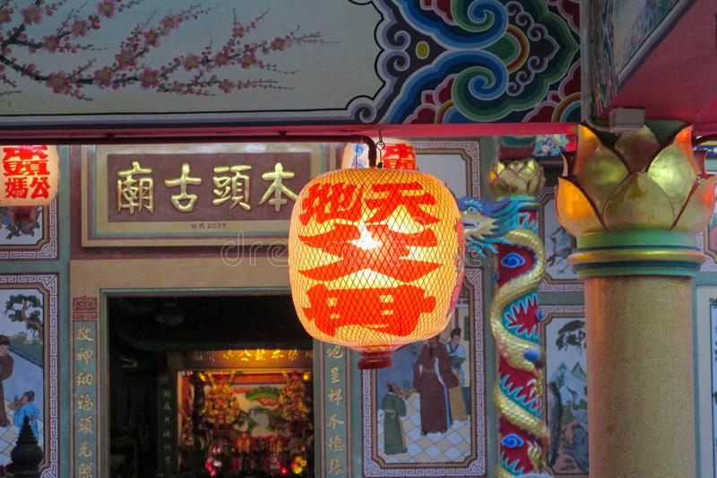 传统红色亚洲灯笼在中国寺庙的庭院里 免版税库存照片