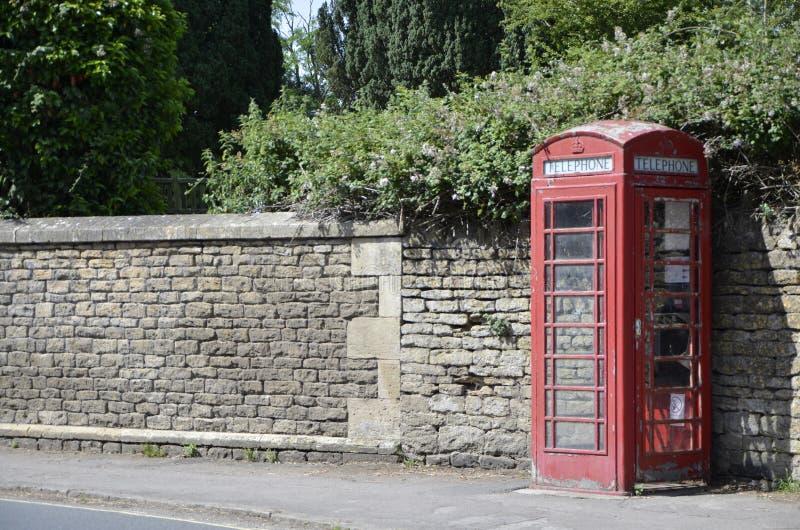 传统红色英国电话亭 免版税库存照片