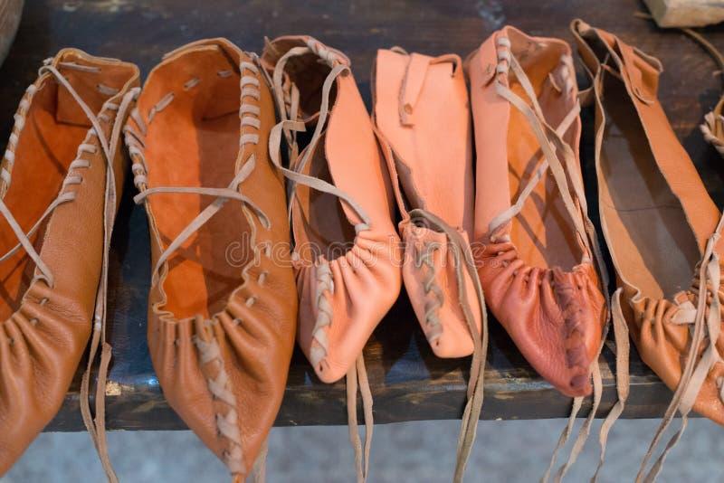 传统罗马尼亚农民皮鞋 免版税库存图片