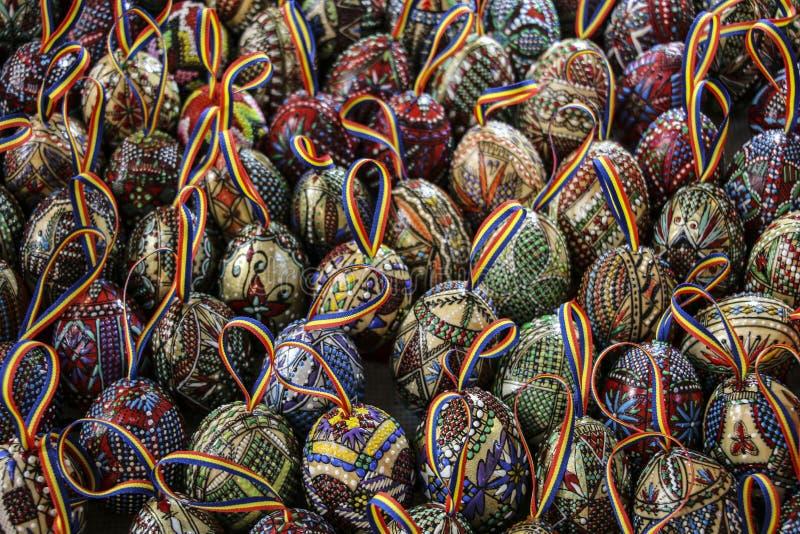 传统罗马尼亚语绘了与磁带的复活节彩蛋从颜色n 库存图片