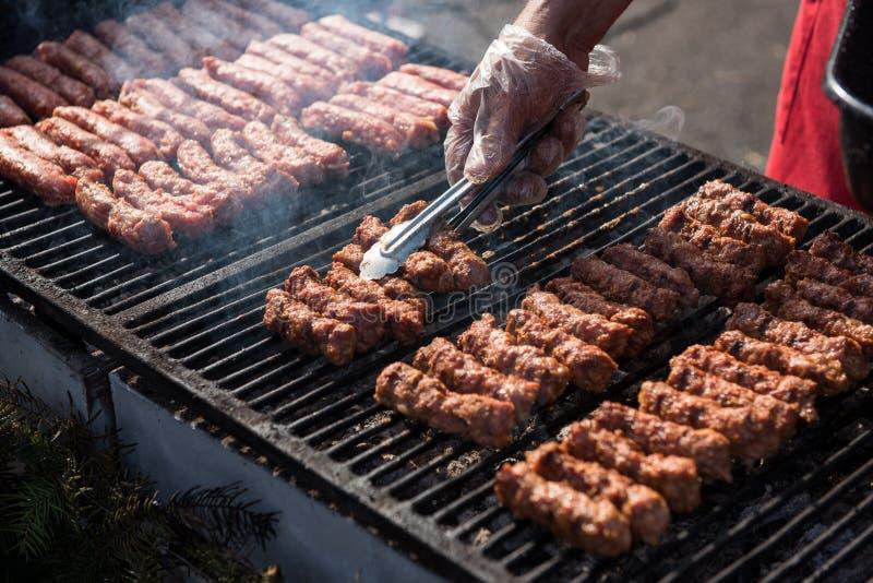 传统罗马尼亚食物,与烤肉卷的烤肉 库存图片