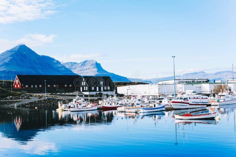 传统老渔夫小船在港口 免版税库存照片