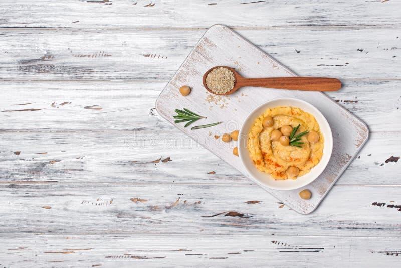 传统自创鸡豆hummus快餐用迷迭香和芝麻香料  库存图片