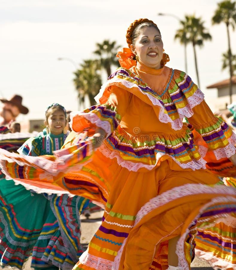 传统舞蹈演员种族的游行 库存图片
