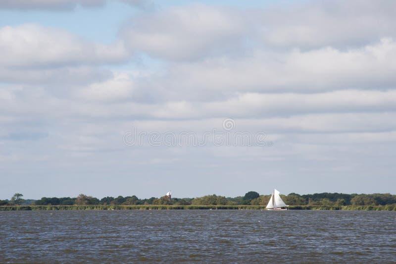 传统英国帆船:一艘诺福克小舟摆渡船,在一灰色天 免版税图库摄影
