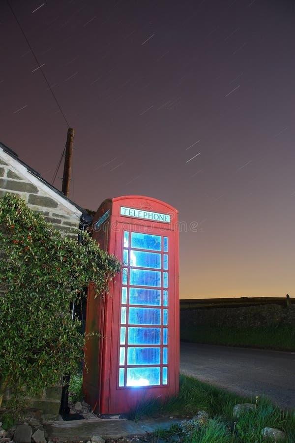 传统英国晚上的phonebox 免版税库存照片