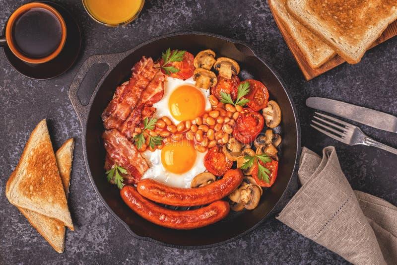 传统英式早餐用煎蛋,香肠,是 免版税库存图片