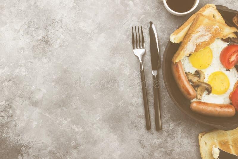 传统英式早餐-烟肉,香肠,煎蛋,汤姆 库存图片