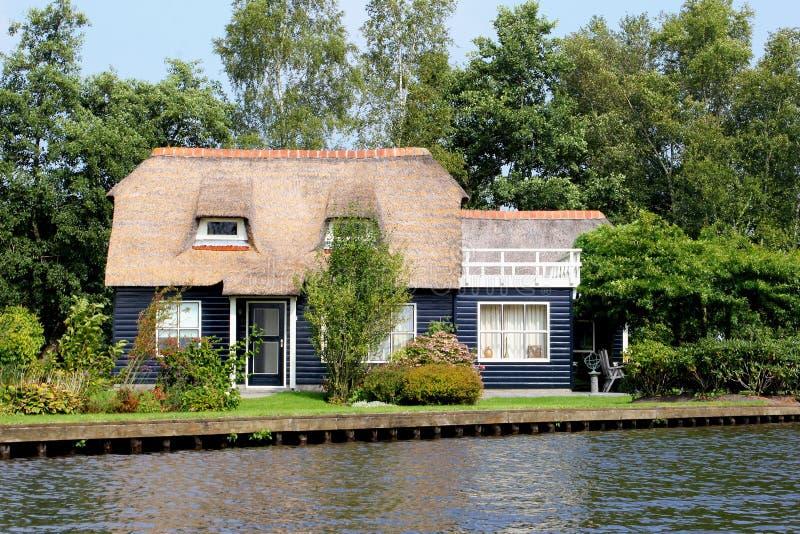 传统茅屋顶荷兰房子水湖,羊角村,荷兰 图库摄影