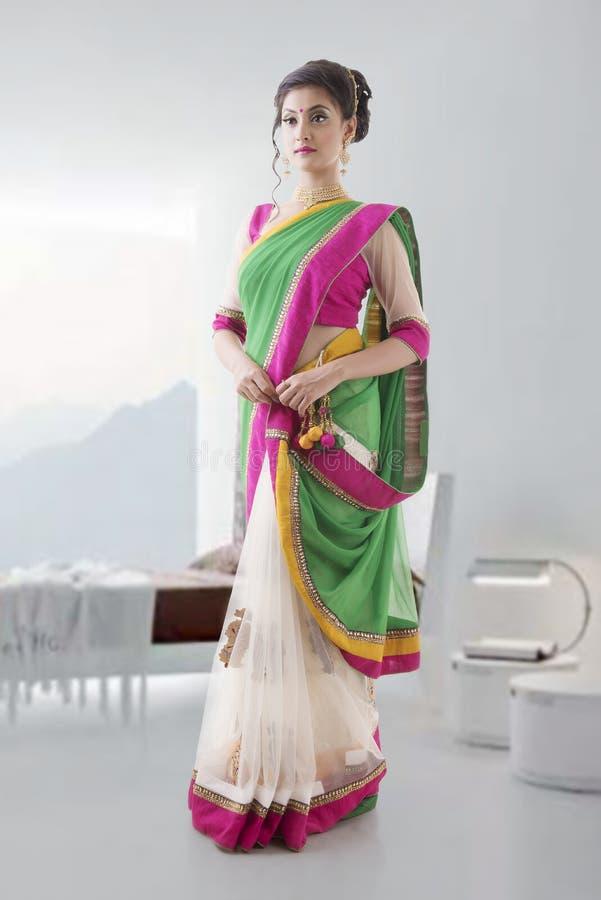 传统莎丽服的印地安妇女 免版税库存图片