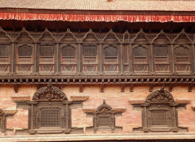 传统被制作的木窗口 尼泊尔旅行,制作 免版税库存图片
