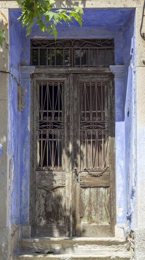 传统被装饰的淡蓝的金属门石头前面射击报道了框架 库存照片