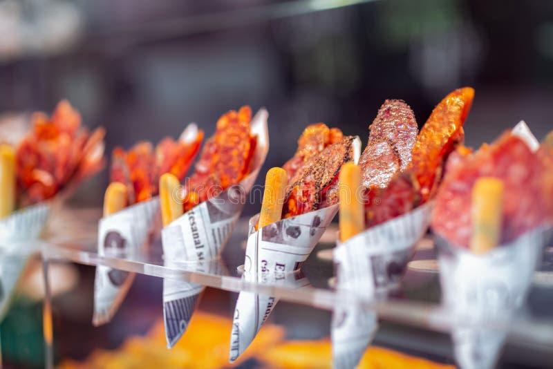 传统西班牙塔帕纤维布在杂货市场上 与切片的信封不同西班牙蒜味咸腊肠 r 库存照片