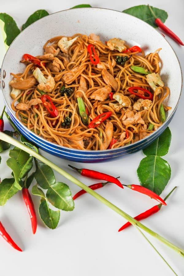 传统辣亚洲烹调食物:铁锅混乱有炸鸡的油炸物意粉 免版税库存图片