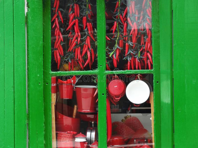 传统辣椒和罐在巴斯克地区的Vitrine 库存图片